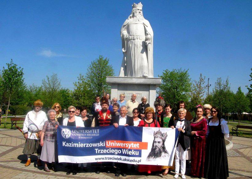 Słuchacze Kazimierzowskiego Uniwersytetu Trzeciego Wieku pokłonili się patronowi swojej uczelni